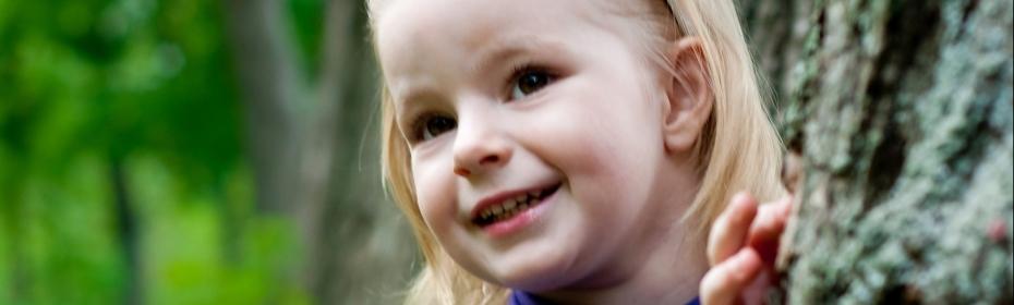 Pige smiler
