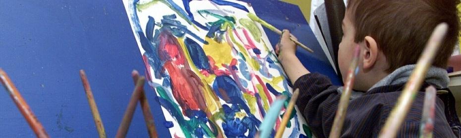 Barn maler på lærred