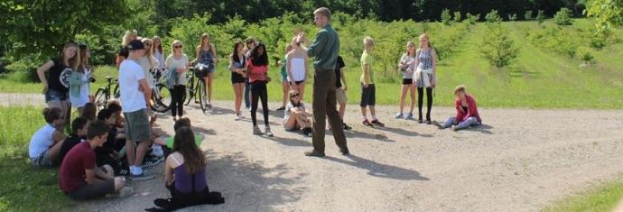 lærer underviser elever i naturen